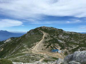 青い屋根は木曽駒ヶ岳頂上山荘