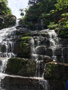 西表島・リバートレッキング 地層状の滝