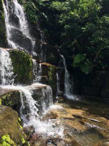 西表島・リバートレッキング 地層状の滝を横から