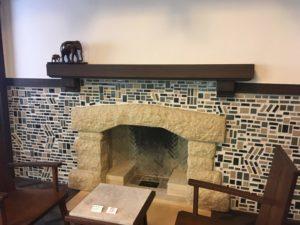 揚輝荘 モザイクタイルの暖炉