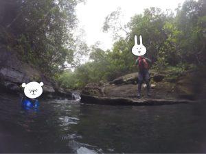 西表島 キャニオニング 川へ向かってジャンプ