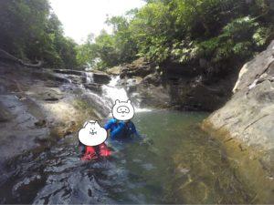 西表島 キャニオニング 岩の間を泳ぐ