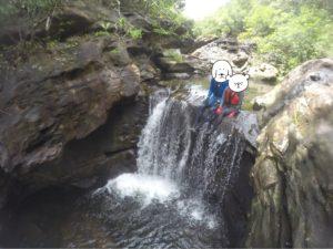西表島 キャニオニング 滝の上に座る