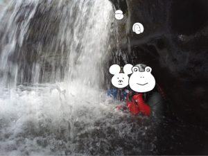 西表島 キャニオニング 滝の裏側で一休み