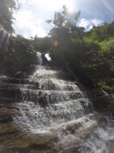 西表島・リバートレッキング 地層状の滝を違う角度から