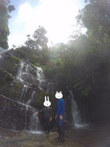 西表島・リバートレッキング 暑くなったら滝を浴びる