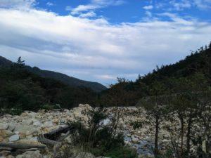 広い河原を眺めつつ進む
