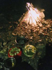焚き火のそばだと簡単なごはんも美味しい