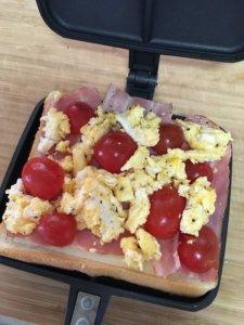 トマト・チーズ・ベーコンの定番ホットサンド 作り方