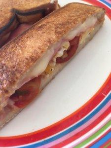 トマト・チーズ・ベーコンの定番ホットサンド 断面図
