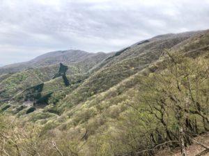 鞍掛峠に向かい下山