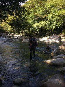 神崎川を渡渉