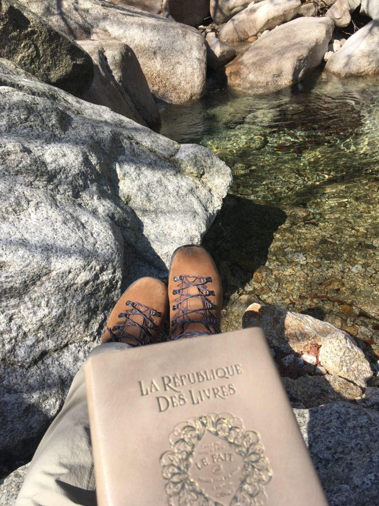 川辺で読書タイム